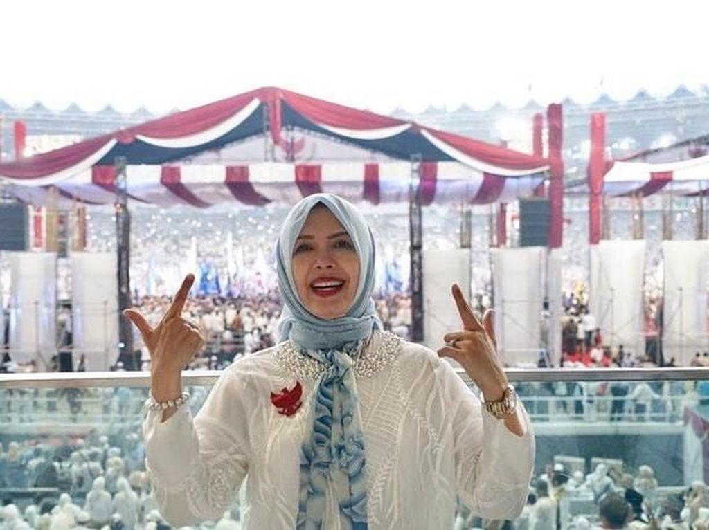 Foto: Gaya Putih Biru Istri Sandiaga Uno di Kampanye Akbar Prabowo