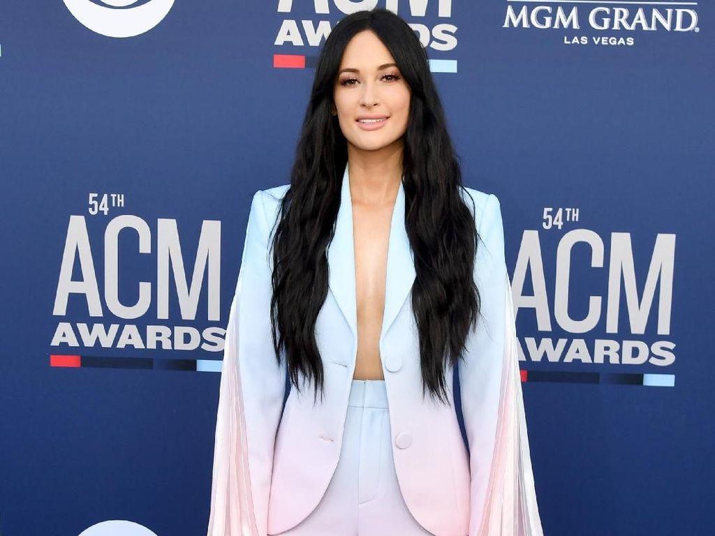 Seksinya Kacey Musgraves di Country Music Awards 2019