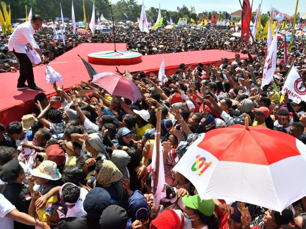 Kampanye di Kupang NTT, Jokowi Bagi-bagi Kaus ke Pendukung