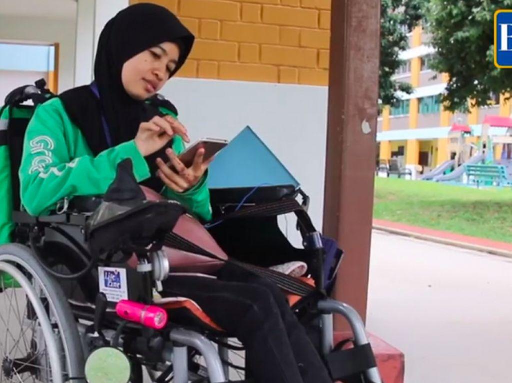 Perempuan Penyandang Disabilitas Nge-Grab Pakai Kursi Roda
