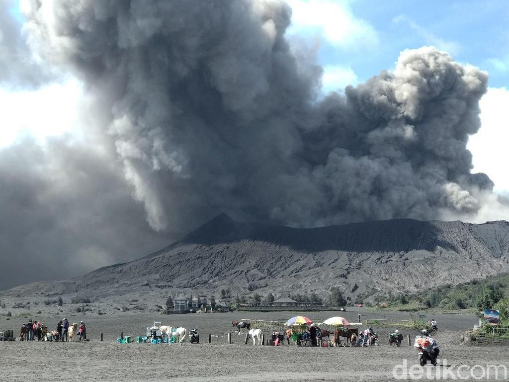 Video Turis Nekat Terobos Zona Terlarang Gunung Bromo