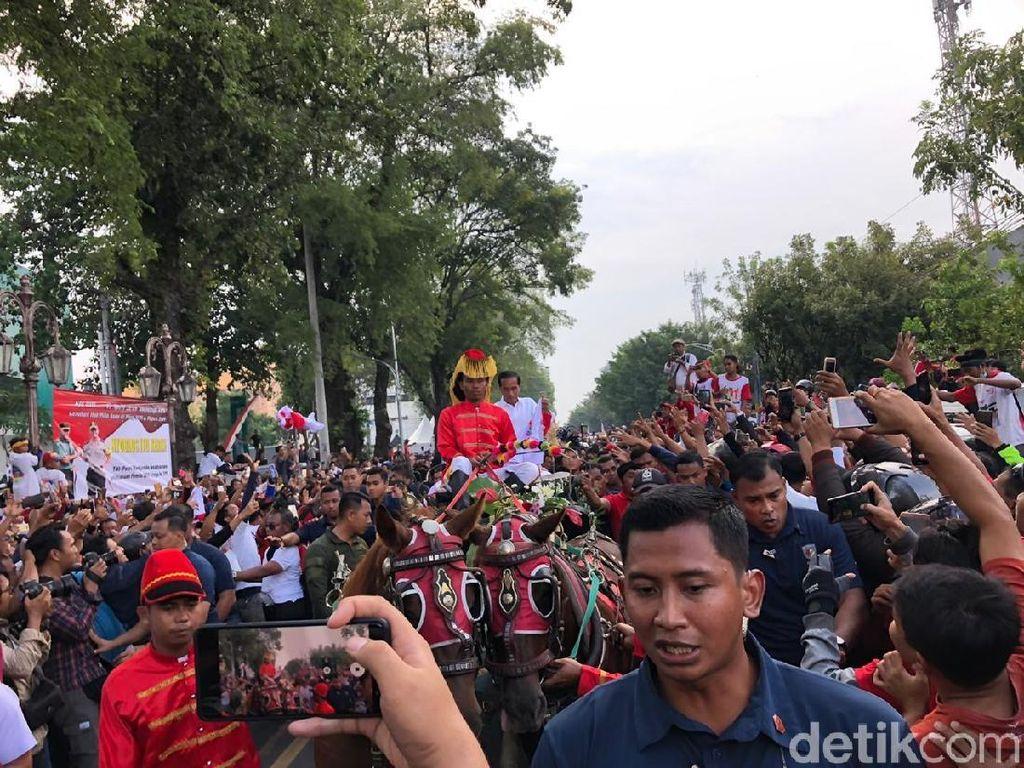 Kampanye di Kampung Halaman, Jokowi Naik Kereta Kuda Sapa Warga