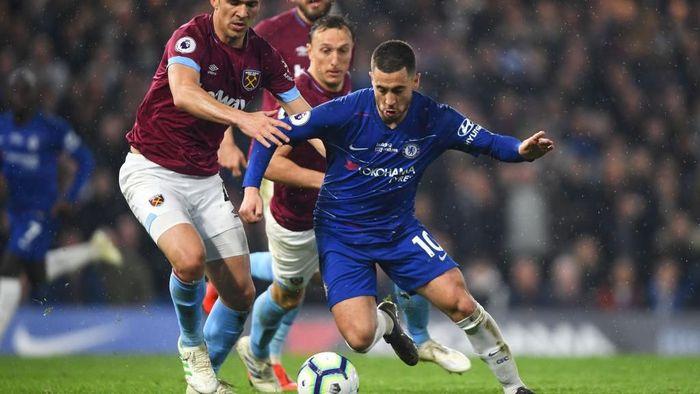 Eden Hazard menjadi andalan Chelsea musim ini dengan rataan 4,2 dribel sukses per laga. Keahliannya tersebut bola membantu pemain Belgia ini mengemas 16 gol dan 15 assist di Liga Inggris. (Foto: Mike Hewitt/Getty Images)