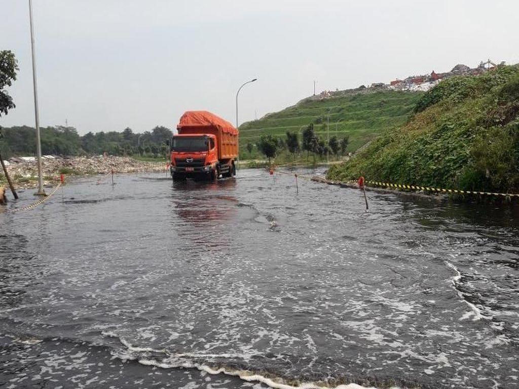 Diguyur Hujan Deras Semalam, TPA Sumur Batu Bekasi Tergenang Air