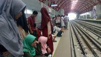 Massa Pro Prabowo Pulang Naik LRT Usai Kampanye, Tiket Ludes