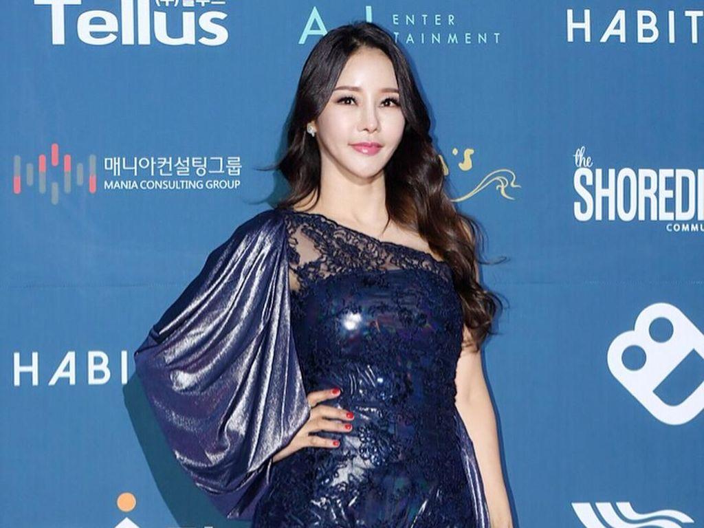 Foto: Penyanyi Seksi Korea yang Biayai Hidup Suami 17 Tahun Lebih Muda