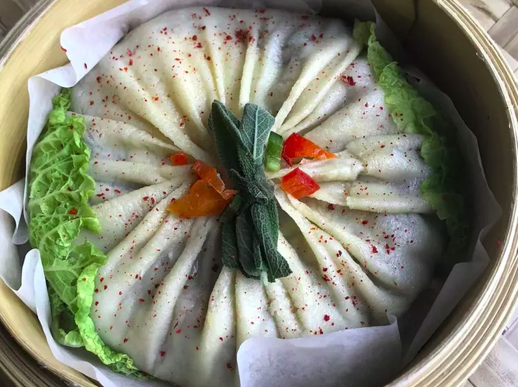 Restoran Ini Sajikan Xiao Long Bao Raksasa dengan Isian Ramen Kuah