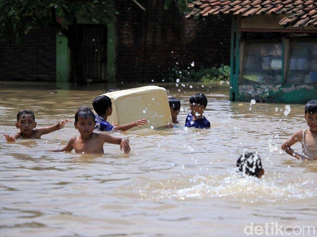 Begini Ragam Aktivitas Warga Bandung Ditengah Banjir