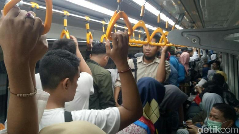Massa Pro-Prabowo Pulang Naik LRT Usai Kampanye, Tiket Ludes