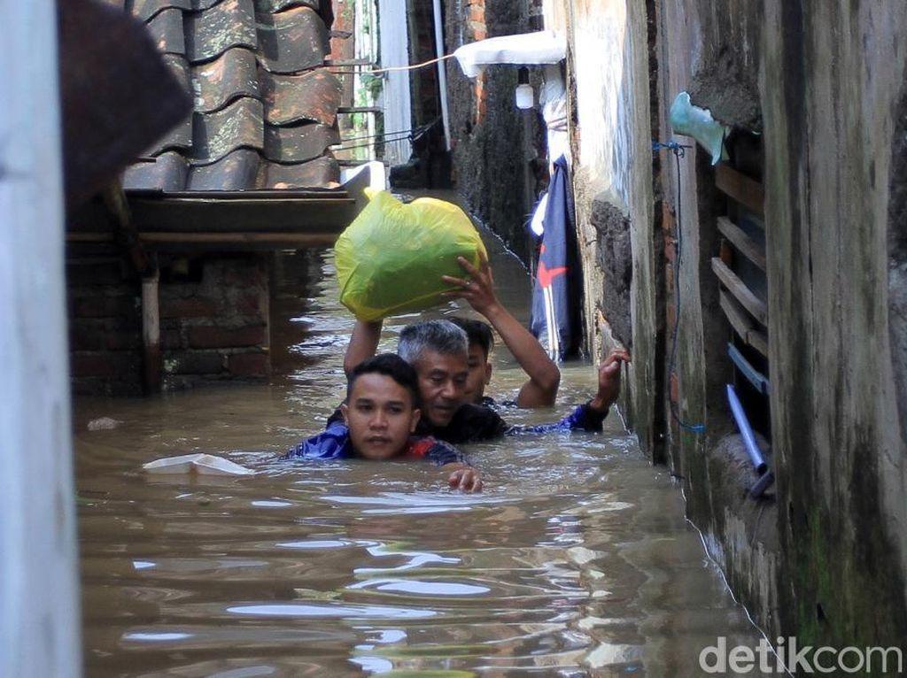 Banjir Setinggi Leher Masih Rendam Dayeuhkolot Bandung