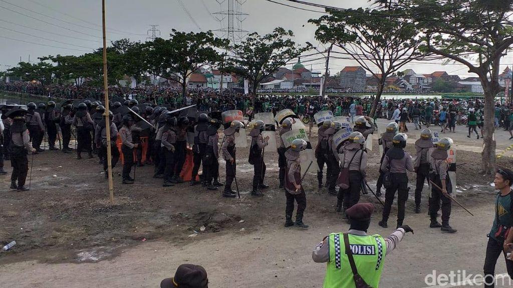 Ribuan Suporter Bentrok dengan Polisi di Luar Stadion GBT