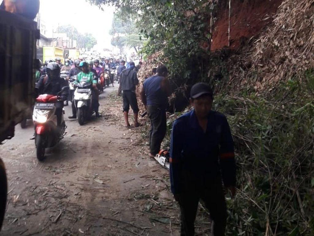 Sempat Tertutup Longsor, Lalin Sawangan Depok Arah Jakarta Padat
