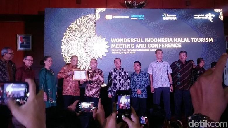 Menpar Arief Yahya dan perwakilan tempat dengan wisata halal (Randy/detikcom)