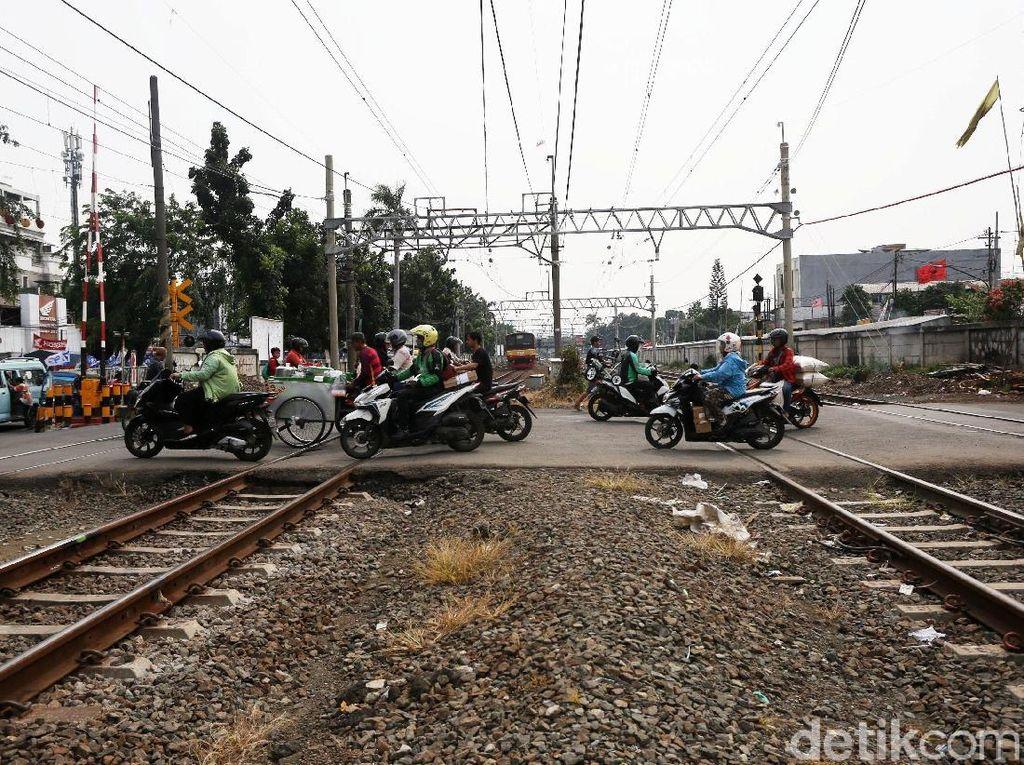 Tragis! Pemotor Tewas Disambar KA saat Nyelonong di Perlintasan