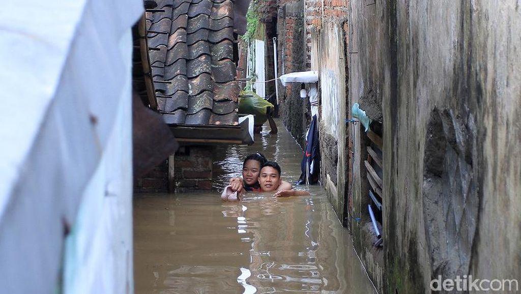 Detik-detik Evakuasi Ibu Hamil dari Banjir di Bandung