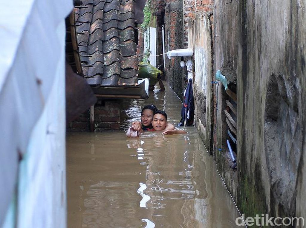 Video: Evakuasi Ibu Hamil dari Banjir Setinggi Leher di Bandung