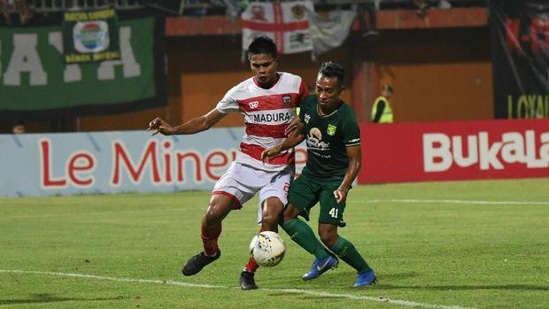 Duel Persebaya vs Madura United bertajuk derbi Suramadu.