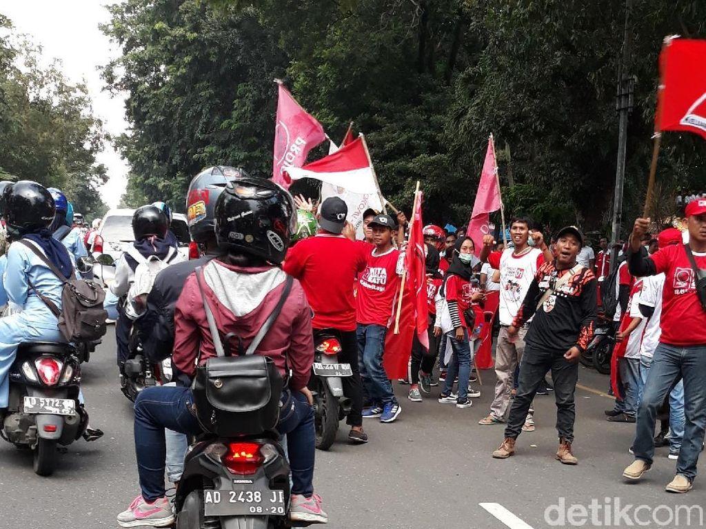 Jalan Slamet Riyadi Solo Memerah, Massa Pro Jokowi Mulai Berdatangan