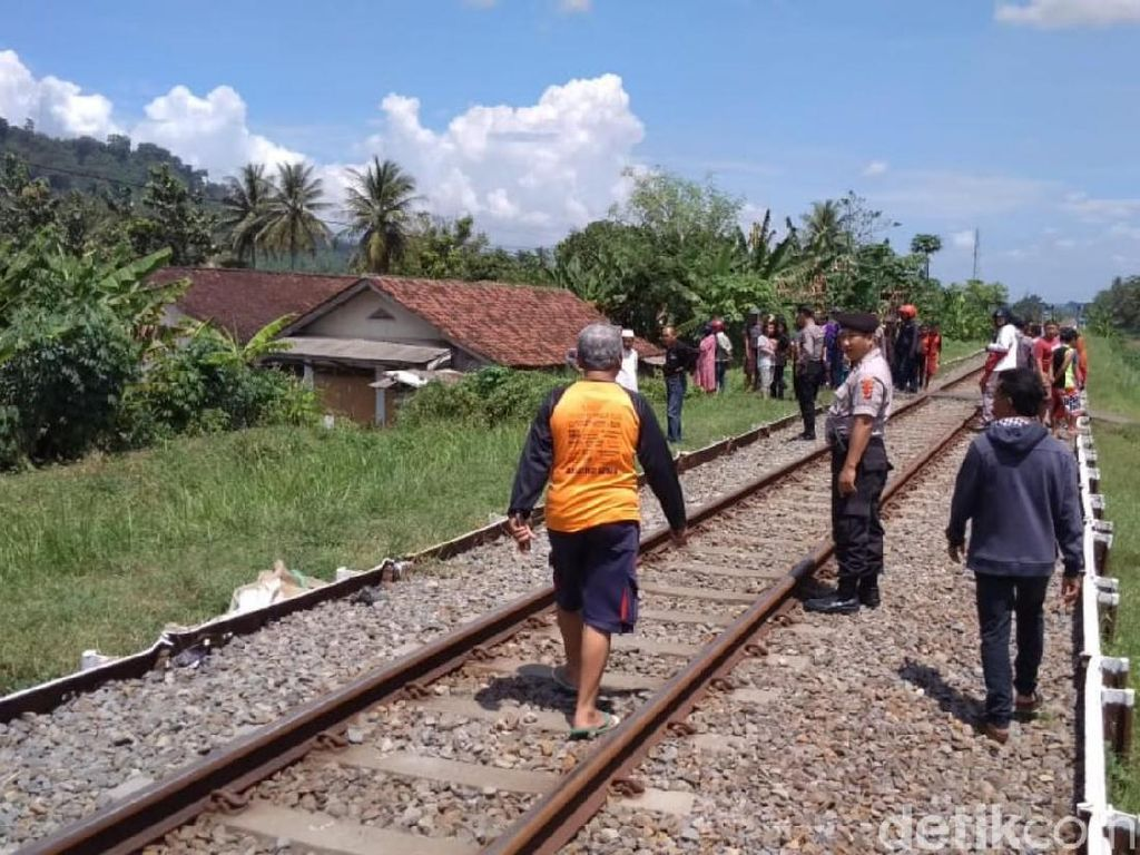 Biker Tewas Mengenaskan Terlindas Kereta Api di Banjar