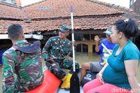 Suryani bersama Babinsa Desa Dayeuhkolot/