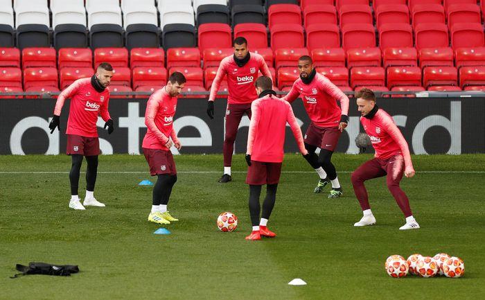 Begini suasana sesi latihan Barcelona di Old Trafford, Manchester, Inggris. Reuters/Lee Smith.