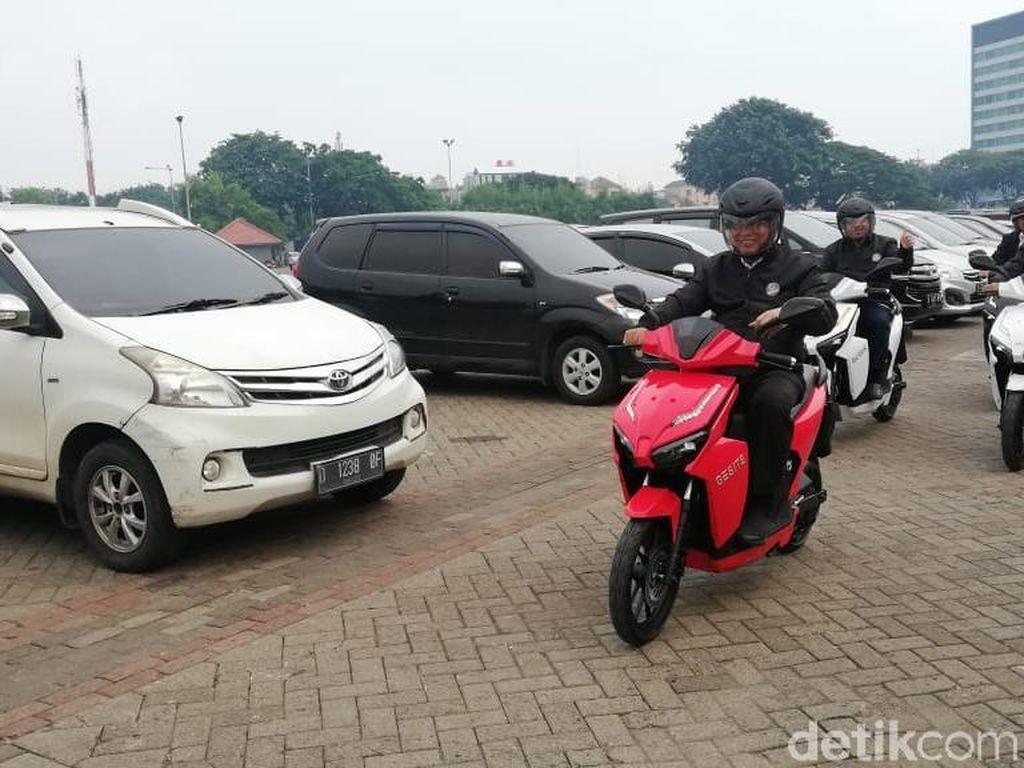 Menteri Nasir Touring Naik Motor Listrik di Jakarta