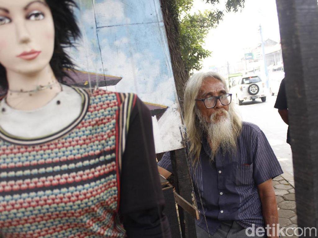 Kisah Muchtar, Pemain Boneka Panggung di Jalan Raya Padalarang
