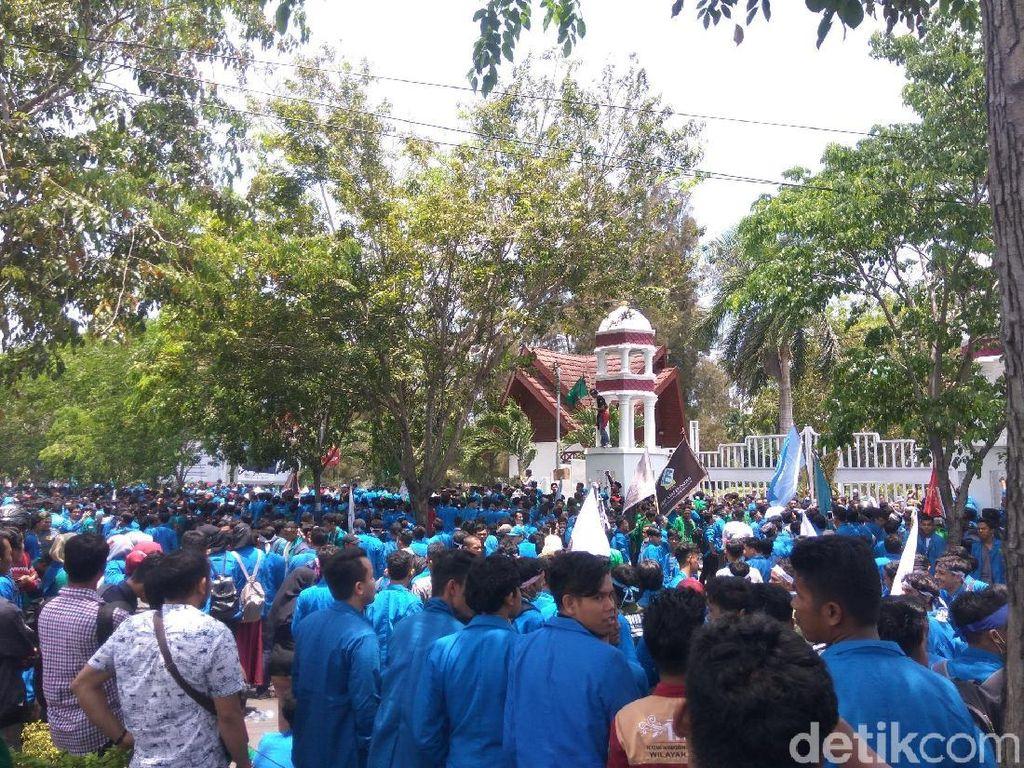 Aksi Tolak Tambang Berlanjut, Massa Kembali Geruduk Kantor Gubernur Aceh