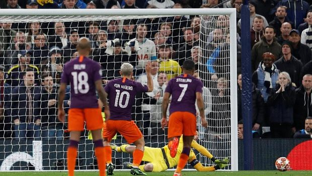 Sergio Aguero gagal menuntaskan tendangan penalti lawan Tottenham.