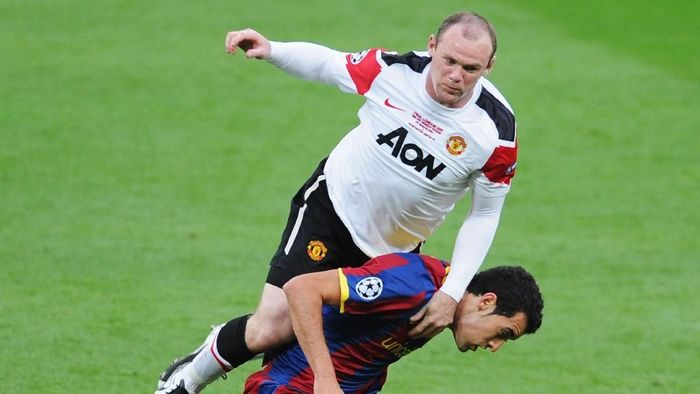 LONDON, ENGLAND - MAY 28:  Wayne Rooney of Manchester United (up) in action against Sergio Busquets of FC Barcelona during the UEFA Champions League final between FC Barcelona and Manchester United FC at Wembley Stadium on May 28, 2011 in London, England.  (Photo by Michael Regan/Getty Images)