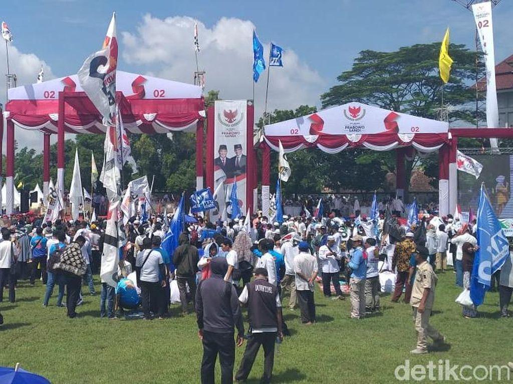 Massa Mulai Padati Kampanye Prabowo di Stadion Sriwedari Solo