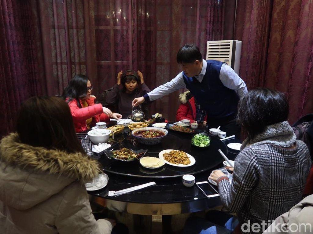 Tradisi Makan Bersama di China, yang di Tengah Harus Bayar