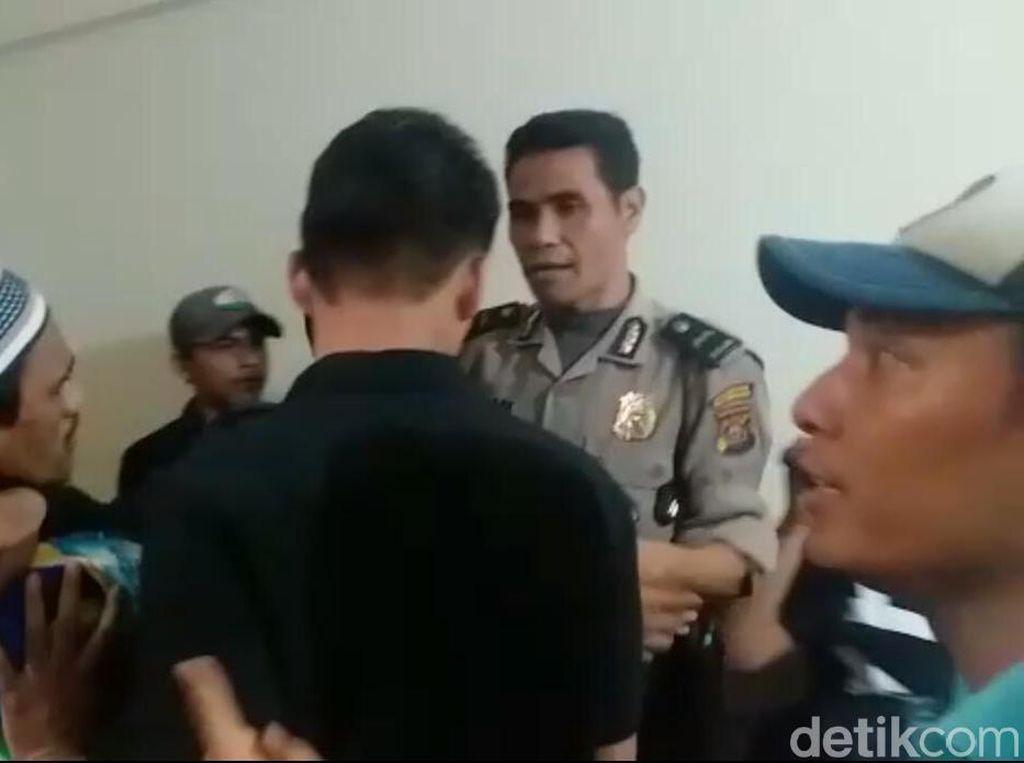 Keluarga Korban Jotos Terdakwa Kasus Penyiraman Air Keras di Palembang