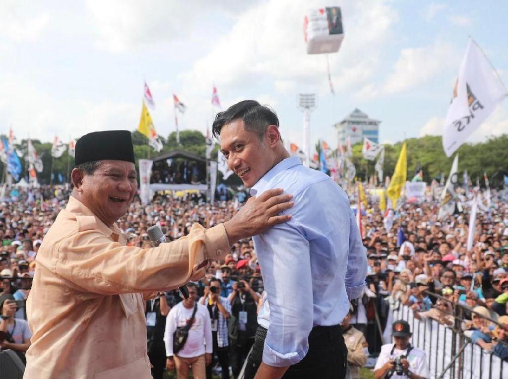 Rangkul AHY, Prabowo: Siapa Lebih Ganteng?
