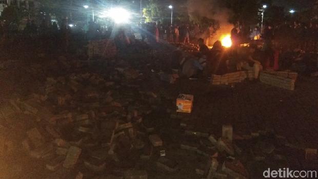 Mahasiswa tolak tambang bertahan di depan kantor gubernur Aceh, Rabu (10/4/2019) malam