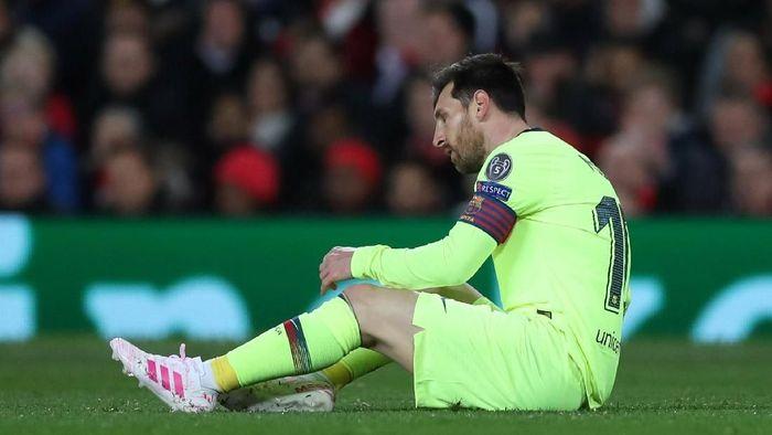 Lionel Messi terjatuh usai dhantam Chris Smalling dalam duel udara (Lee Smith/Reuters)