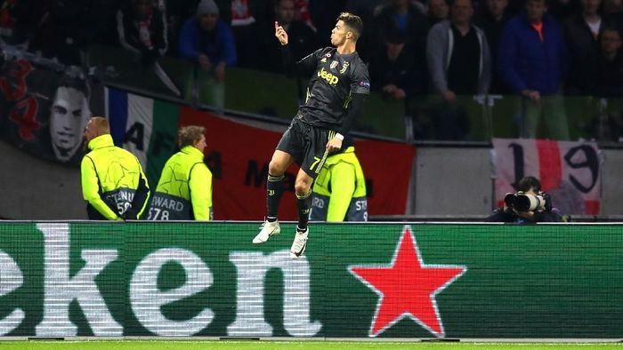 Striker Juventus Cristiano Ronaldo merayakan golnya ke gawang Ajax Amsterdam, di Johan Cruijff Arena, Kamis (11/42019) dini hari WIB, dalam pertandingan leg pertama perempatfinal Liga Champions. (Foto: Lars Baron/Getty Images)