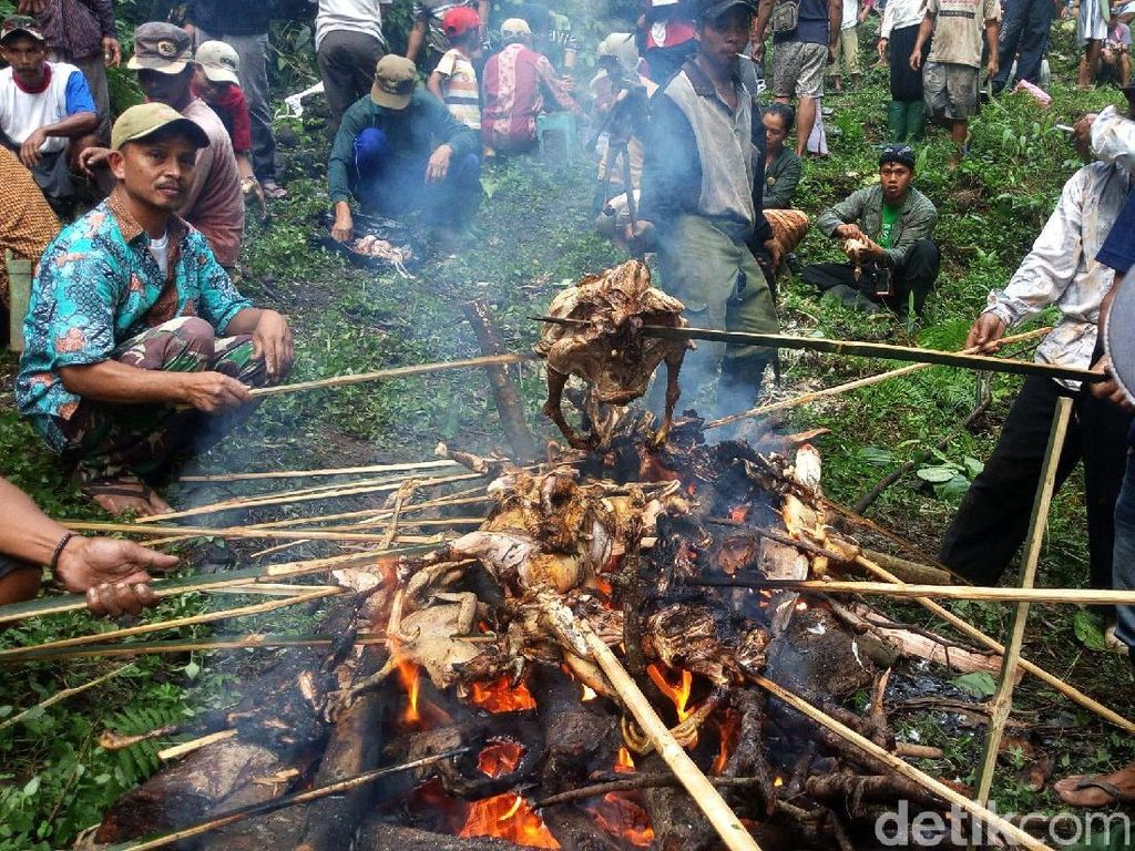 Potret Ratusan Ayam Dibakar di Perayaan Wangan Cenginging