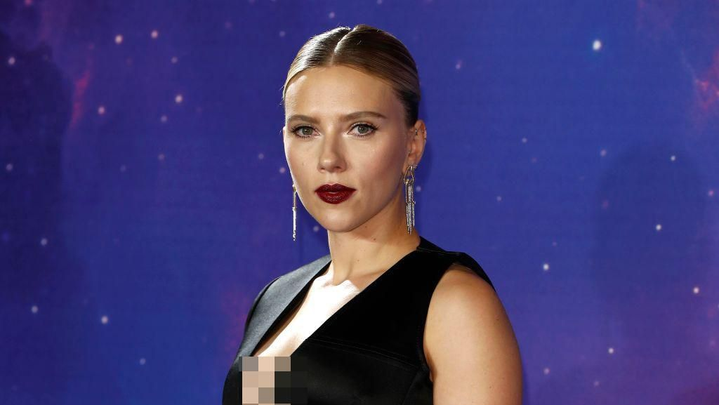 Seksinya Scarlett Johansson Pakai Tuksedo di Jumpa Fans Avengers: Endgame