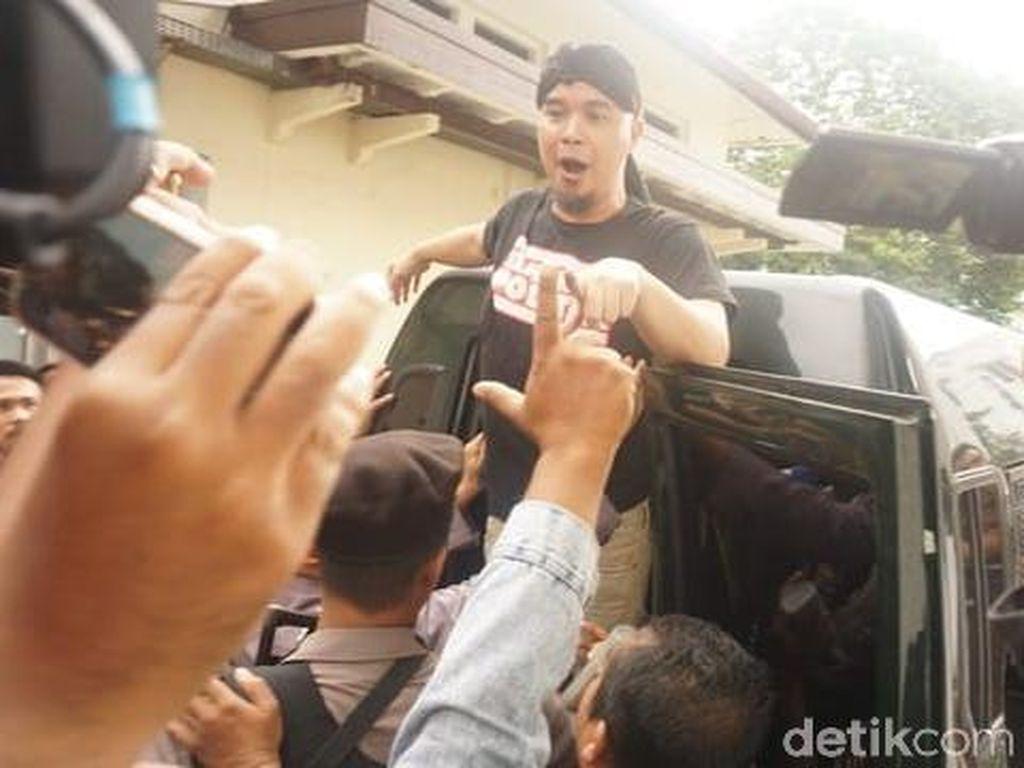 Aksi Narsis Ahmad Dhani yang Ditutup Takbir