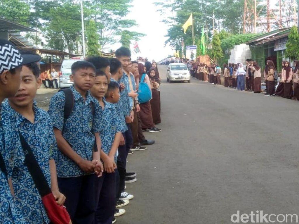Pelajar Sambut Jokowi, Bawaslu Sukabumi Tegur yang Pakai Kaos 01