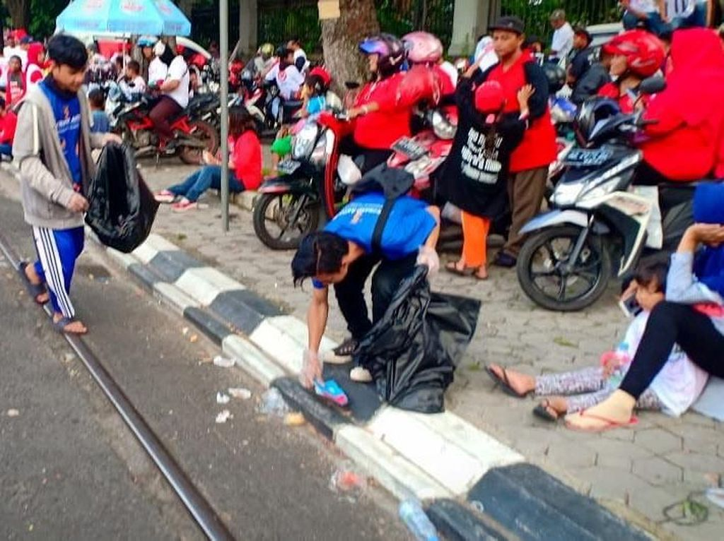 Aksi Pendukung Bersih-bersih Sampah usai Kampanye
