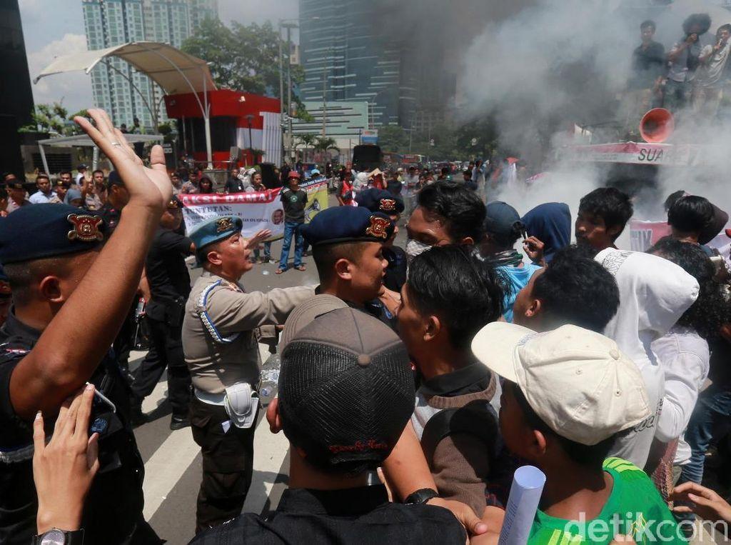 Unjuk Rasa di Depan Gedung KPK Diwarnai Aksi Bakar Ban!