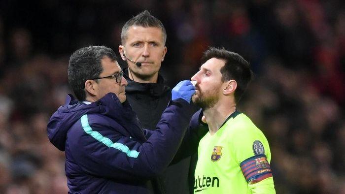 Hidung Lionel Messi berdarah usai dihantam Chris Smalling (Michael Regan/Getty Images)