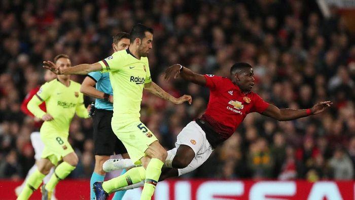 Sergio Busquets dan Paul Pogba akan saling berhadapan di laga Barcelona vs Manchester United. (Foto: Lee Smith/Actions Images via Reuters)
