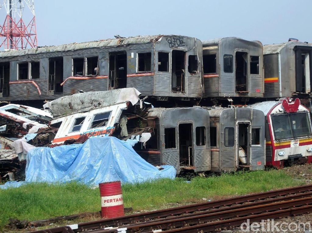Melihat Kuburan Kereta Api di Purwakarta