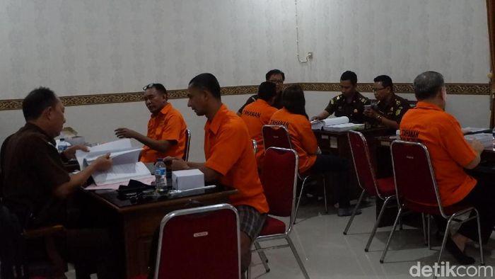 Enam tersangka dugaan pengaturan skor di Kejari Banjarnegara, Kamis (11/4/2019).  (Uje Hartono/detikSport)