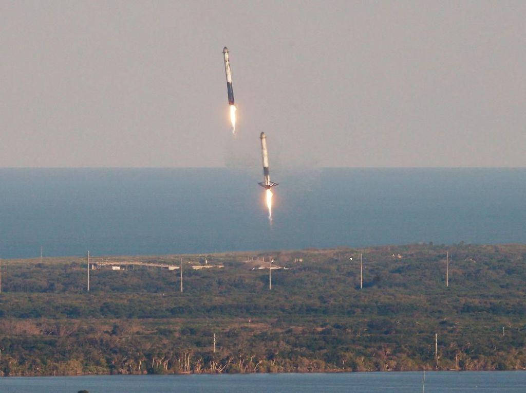 Keren! Penampakan 3 Roket Terkuat Dunia Mendarat Simultan