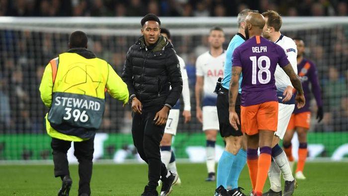 Seorang penyusup masuk ke lapangan di laga Tottenham Hotspur vs Manchester City. (Foto: Mike Hewitt/Getty Images)