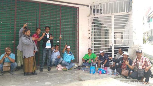 Relawan di lokasi penemuan surat suara tercoblos /